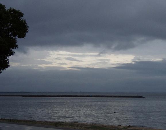 梅雨の夕暮れの三谷。♪♪誰もいない海♪♪